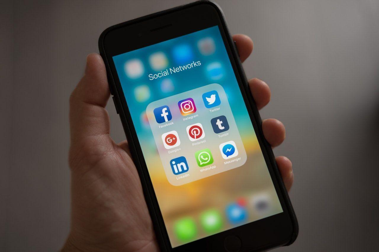 Movil con diferentes iconos de redes sociales
